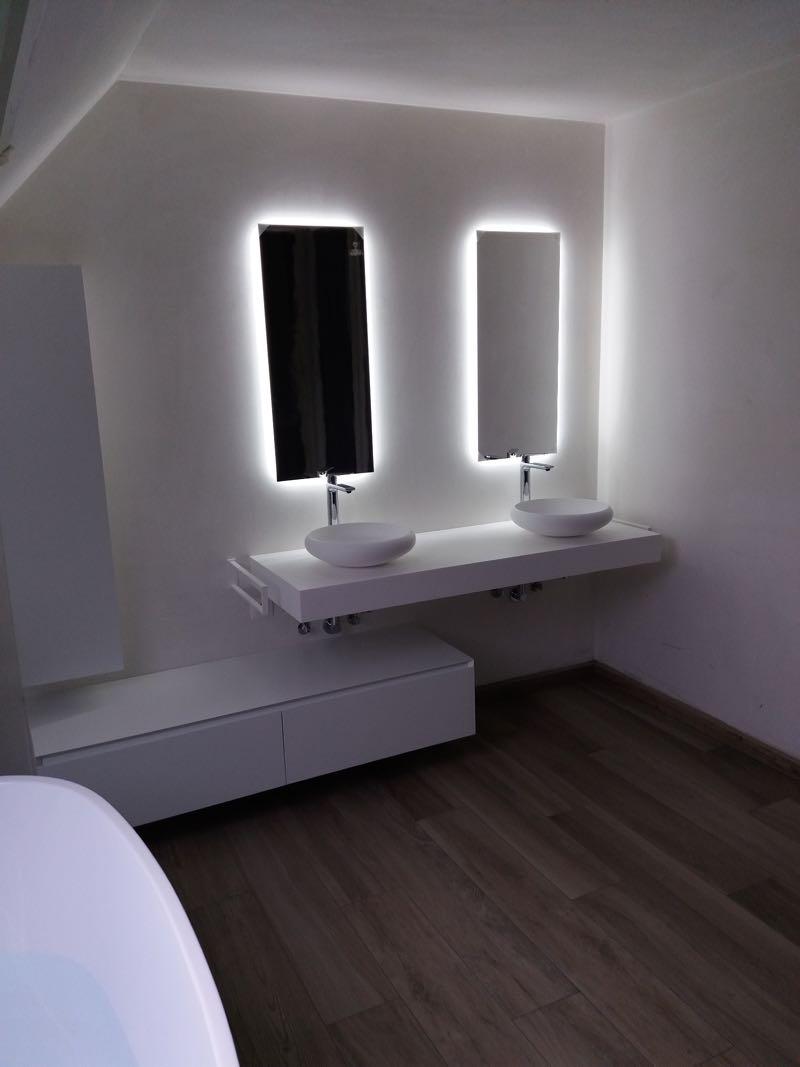 salle de bain et rétro-éclairage